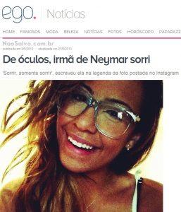 De óculos irmã de Neymar sorri